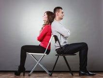 Nieszczęśliwa para siedzi z powrotem popierać nieporozumienie Fotografia Royalty Free
