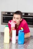 Nieszczęśliwa pojedyncza kobieta robi sprzątaniu obrazy royalty free
