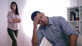 Nieszczęśliwa rodzina, portret sfrustowany mężczyzna po bełta z dziewczyną siedzi składać w domu wręcza blisko twarzy i kobiety zbiory