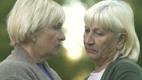 Nieszczęśliwe stare kobiety patrzeje z przykrością kamerę, stroskanie depresja, rodzinny problem, strata zbiory