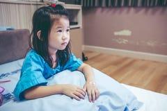 Nieszczęśliwej choroby azjatykci dziecko przyznający w szpitalu Rocznika brzmienie Zdjęcie Royalty Free