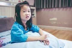 Nieszczęśliwej choroby azjatykci dziecko przyznający w szpitalu Rocznika brzmienie Zdjęcia Stock