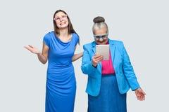 Nieszczęśliwej młodej kobiety szczęścia starej kobiety trwanie spojrzenie w stole fotografia royalty free