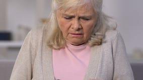 Nieszczęśliwej starej kobiety odliczający euro banknoty, mała emerytura, brak pieniądze, ubóstwo zdjęcie wideo