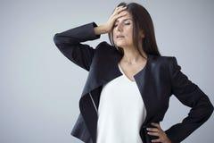 Nieszczęśliwi bizneswomany na popielatym tle fotografia royalty free