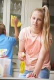 Nieszczęśliwi dzieci Pomaga Czyścić dom obrazy royalty free