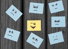 Nieszczęśliwi smilies i szczęśliwa twarz malowali na biurowych majcherach fotografia royalty free