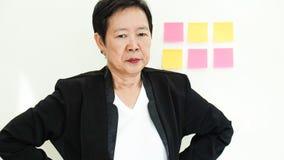 Nieszczęśliwy Azjatycki starszy żłobów problemów wyraz twarzy zdjęcia royalty free