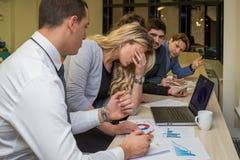 Nieszczęśliwy bizneswoman na korporacyjnym spotkaniu zdjęcie stock