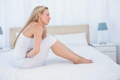Nieszczęśliwy blondynki cierpienie od żołądka bólu Zdjęcie Royalty Free