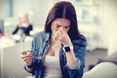 Nieszczęśliwy ciężki kobiety pracującej uczucie męczący Fotografia Royalty Free