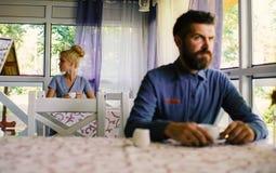 Nieszczęśliwy facet i dziewczyna siedzimy osamotnionego przy kawiarnią Kobieta z poważną twarzą rozczarowywającą o dacie, fotografia stock