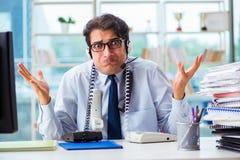 Nieszczęśliwy gniewny centrum telefoniczne pracownik udaremniający z obciążeniem pracą zdjęcie stock