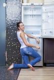 Nieszczęśliwy i głodny dziewczyny blisko pusty fridge Obrazy Royalty Free