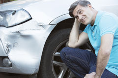 Nieszczęśliwy kierowca Sprawdza szkodę Po wypadku samochodowego obrazy stock