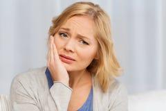 Nieszczęśliwy kobiety cierpienia toothache w domu Obraz Royalty Free