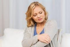 Nieszczęśliwy kobiety cierpienie od bólu w ręce w domu Zdjęcia Royalty Free