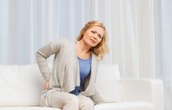 Nieszczęśliwy kobiety cierpienie od backache w domu Obrazy Royalty Free