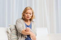 Nieszczęśliwy kobiety cierpienie od ręka cala w domu Zdjęcia Royalty Free
