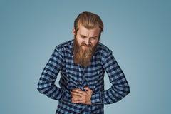 Nieszczęśliwy mężczyzna cierpienie od żołądek obolałości fotografia royalty free