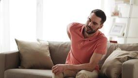 Nieszczęśliwy mężczyzna cierpienie od backache w domu zbiory