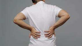 Nieszczęśliwy mężczyzna cierpienie od backache w domu zdjęcie wideo