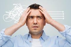 Nieszczęśliwy mężczyzna dotyka jego czoło z zamkniętymi oczami zdjęcie stock