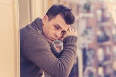 Nieszczęśliwy mężczyzny cierpienie od depresji czuć desperacki i bezwartociowy na domowym balkonie, zdjęcie stock