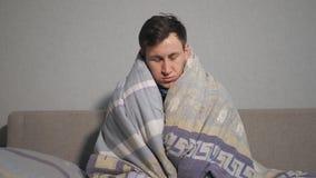 Nieszczęśliwy młodego człowieka opakowanie w ciepłej koc zbiory