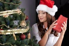 Nieszczęśliwy młodej kobiety mienia prezenta pudełko Fotografia Stock