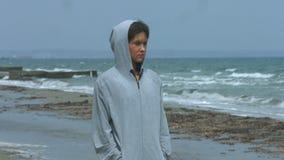 Nieszczęśliwy młodej kobiety odprowadzenie wzdłuż plaży Osamotniona kobieta patrzeje seascape zdjęcie wideo