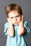 Nieszczęśliwy małe dziecko nie lubić jego edukację, ochrania jego zamkniętych ucho Obraz Royalty Free
