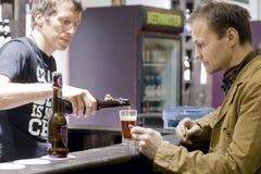Nieszczęśliwy osamotniony mężczyzna kupienia piwo przy prętowym kontuarem pusty pub Zdjęcie Royalty Free