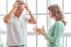 Nieszczęśliwy pary kłócić się obraz stock