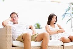 Nieszczęśliwy pary spęczenie z małżeńskimi problemami Zdjęcia Royalty Free