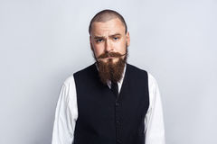 nieszczęśliwy Przystojny biznesmen patrzeje kamerę z smutną nieszczęśliwą twarzą z brody i handlebar wąsy Zdjęcie Stock