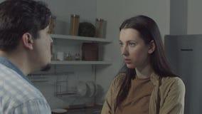 Nieszcz??liwy rodzinny argumentowanie w domowej kuchni zdjęcie wideo