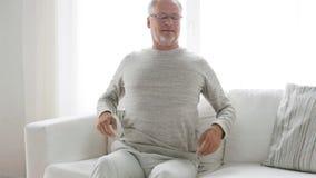 Nieszczęśliwy starszego mężczyzna cierpienie od backache 26 w domu zbiory wideo