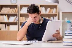 Nieszczęśliwy uczeń z zbyt dużo studiować fotografia stock