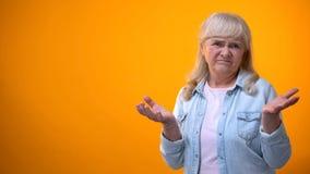 Nieszcz??liwa emeryt kobieta pokazuje rozczarowanie gest, konsumpcyjnych d?br naruszenie obraz stock