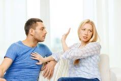 Nieszczęśliwa para ma argument w domu Zdjęcie Royalty Free