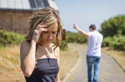 Nieszczęśliwy mężczyzna i gniewna kobieta opuszcza po bełta Obrazy Royalty Free