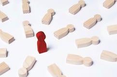 Niet als iedereen anders De rode man bevindt zich in het midden van liggend tegenstanders Het concept voortreffelijkheid, bedrijf royalty-vrije stock afbeeldingen