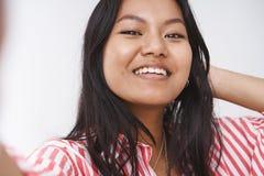 Niet bange de vrouw toont ware zelf met acne en gebreken Portret van het charmante onbezorgde vrolijke meisje nemen selfie  stock foto