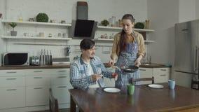 Niet bevallen met de ontbijtmens die in keuken zweren stock videobeelden
