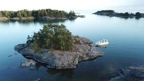 Niet een slechte plaats om een anker te laten vallen en de mooie aard van onze archipel in Finland hier te bewonderen stock footage
