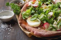 Niet een traditionele Italiaanse pizza met broccoli, ei, sla, tom Royalty-vrije Stock Fotografie
