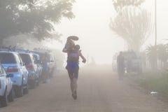 Niet Einde Dusi van Portage van de Mist van de atleet het Lopende Royalty-vrije Stock Afbeeldingen