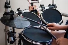 Niet erkende jongen die elektronische trommelsclose-up uitoefenen Stock Fotografie