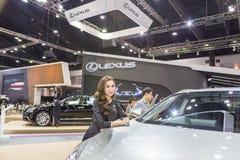 Niet geïdentificeerd model bij de 33ste Internationale Motor Exp van Thailand Stock Fotografie